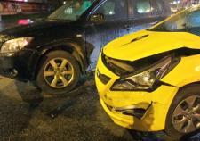 В Екатеринбурге таксист попал в ДТП из-за разговорчивого пассажира
