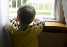 В Сургутском районе детей бросили без еды в запертой квартире