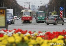 В Челябинске водитель трамвая запустил лом в иномарку