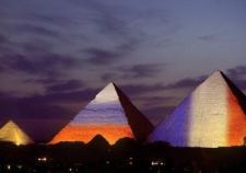 Египетские пирамиды окрасили в цвета Франции, России и Ливана