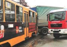 В Екатеринбурге трамвай протаранил грузовик