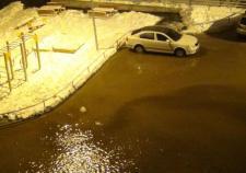 В Екатеринбурге затопило улицу из-за порыва трубы