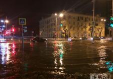 Из-за прорыва трубы в центре Екатеринбурга разлилась река