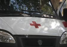 В Екатеринбурге полуголый мужчина атаковал капот автомобиля