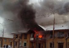 В Екатеринбурге полыхает двухэтажный дом