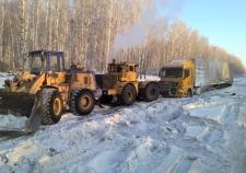 Свердловские гаишники вытащили попавший на двое суток в кювет грузовик